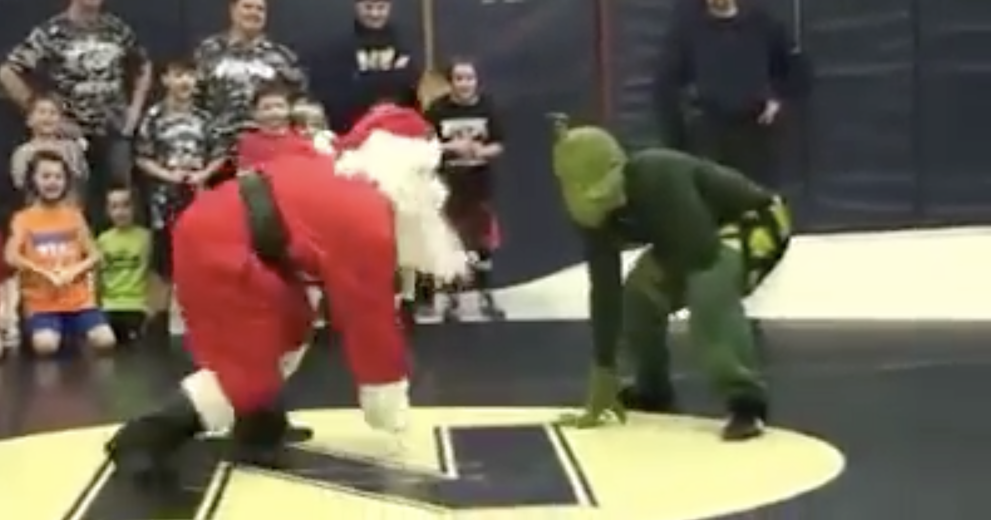 Santa Claus Wrestling Png - Santa Claus Slams The Grinch On A Wrestling Match